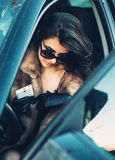 piękny brunetki obsiadanie w samochodzie obrazy royalty free
