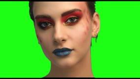 Piękny brunetki twarzy zakończenie w górę portreta na zieleń ekranie zbiory