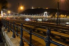 Piękny Budapest przy noc mostem Elizhabet i statuą Liber Obrazy Stock