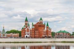 Piękny budynek kukiełkowy teatr budował w Flamandzkim stylu Republika Mari El, Ola, Rosja 05/21/2016 Zdjęcie Stock