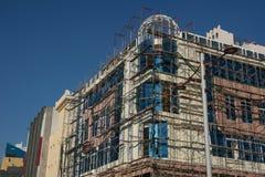 Piękny budynek w budowie jest obramowany w rusztowaniu zdjęcie stock