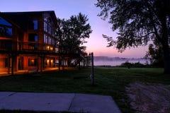 Piękny budynek Zaświecający w ranek mgle Fotografia Stock