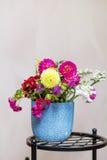 Piękny bukiet chryzantemy kwitnie w błękitnej wazie Obrazy Royalty Free