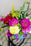 Piękny bukiet chryzantemy kwitnie w błękitnej wazie Obraz Stock
