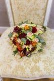 Piękny bukiet kolorowi kwiaty i zielone róże kłama na krzesła zakończeniu Zdjęcie Royalty Free