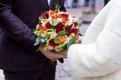 Piękny bukiet kolorowi kwiaty i zielone róże kłama na krzesła zakończeniu Obrazy Stock