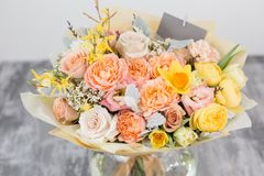 Piękny bukiet kwiatu set na drewnianym stole praca kwiaciarnia przy kwiatu sklepem Mały rodzinny interes Zdjęcie Stock