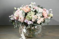 Piękny bukiet kwiatu set na drewnianym stole praca kwiaciarnia przy kwiatu sklepem Mały rodzinny interes Zdjęcia Stock