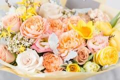Piękny bukiet kwiatu set na drewnianym stole praca kwiaciarnia przy kwiatu sklepem Mały rodzinny interes Fotografia Stock