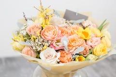 Piękny bukiet kwiatu set na drewnianym stole praca kwiaciarnia przy kwiatu sklepem Mały rodzinny interes Zdjęcia Royalty Free