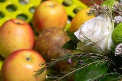 Piękny bukiet kwiaty i owoc obraz stock