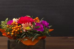 Piękny bukiet kwiaty z rowanberry jagodą w drewnianym pudełku Fotografia Royalty Free