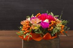 Piękny bukiet kwiaty z rowanberry jagodą w drewnianym pudełku Zdjęcie Stock