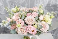 Piękny bukiet mieszani kwiaty w wazę na drewnianym stole praca kwiaciarnia przy kwiatu sklepem _ obraz royalty free