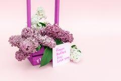 Piękny bukiet purpurowy bez i karta na purpurach tapetujemy tło Zdjęcie Royalty Free