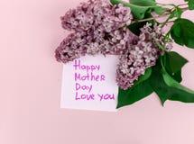 Piękny bukiet purpurowy bez i karta na purpurach tapetujemy tło Zdjęcie Stock