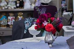 Piękny bukiet róże w wazie na stole Zdjęcia Stock