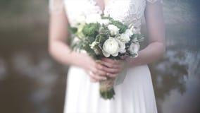 Piękny bukiet różni kolory w rękach panna młoda w białej sukni bukieta panny młodej smokingowy biel Fotografia Stock