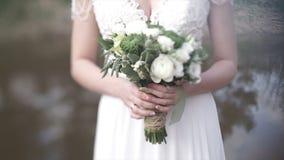 Piękny bukiet różni kolory w rękach panna młoda w białej sukni bukieta panny młodej smokingowy biel Obrazy Royalty Free