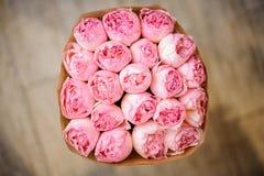 Piękny bukiet różowe peonie zawijać w rzemiosło papierze Zdjęcia Stock