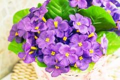 Piękny bukiet sztuczni lili fiołki zdjęcia royalty free