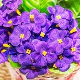 Piękny bukiet sztuczni lili fiołki fotografia royalty free