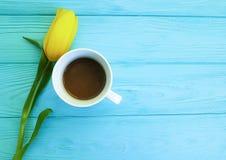 Piękny bukiet tulipany na błękitny drewnianym, filiżanka kawy teraźniejszy rocznicowy naturalny dekoracyjny Marzec 8 Zdjęcie Royalty Free