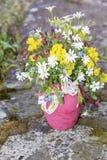 Piękny bukiet z dzikimi kwiatami w różowej wazie z faborkiem Zdjęcie Royalty Free