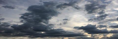Piękny burzowy niebo z chmury tłem Ciemny niebo z chmury natury chmury pogodową burzą Ciemny burzy niebo z chmurami i słońcem Zdjęcia Royalty Free
