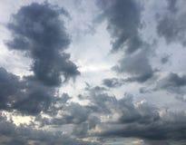 Piękny burzowy niebo z chmury tłem Ciemny niebo z chmury natury chmury pogodową burzą Ciemny niebo z chmurami i słońcem Zdjęcia Royalty Free