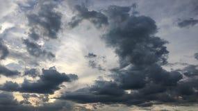 Piękny burzowy niebo z chmury tłem Ciemny niebo z chmury natury chmury pogodową burzą Ciemny niebo z chmurami i słońcem Obrazy Stock