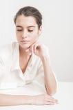 Piękny caucasian dziewczyny główkowanie na bielu Fotografia Stock