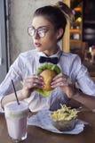 Piękny caucasian młodej kobiety łasowania lunchu fast food smażył garnek Zdjęcie Stock