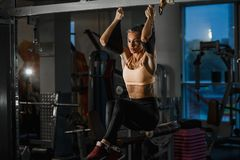 Piękny caucasian sprawności fizycznej kobiety szkolenie z trx sprawności fizycznej patkami Zawieszenie ćwiczy w gym fotografia royalty free