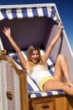 Piękny chearful kobiety obsiadanie na łozinowego krzesła cieszyć się Fotografia Royalty Free
