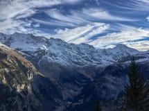 Piękny chmura wzór z niebieskim niebem na górze Kamiennej góry i białego śniegu zakrywających obraz royalty free