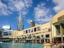 Piękny chmurny dzień i niebieskie niebo na zewnątrz Dubaj centrum handlowego zdjęcia royalty free