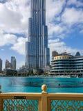 Piękny chmurny dzień i niebieskie niebo na zewnątrz Dubaj centrum handlowego z epickim widokiem Dubaj centrum handlowego fontanna zdjęcia royalty free