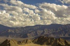 Piękny chmurny niebo nad piaskowatymi górami zdjęcia royalty free