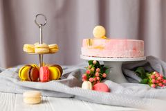 piękny ciasto torty i macaroons Słodki wakacyjny bufet z babeczkami, tortami i innymi słodkimi deserami, obraz royalty free