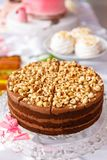 piękny ciasto torty i macaroons Słodki wakacyjny bufet z babeczkami, tortami i innymi słodkimi deserami, zdjęcie stock