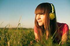 piękny cieszy się hełmofonów muzyki piękny kobiety potomstwa Zdjęcia Royalty Free