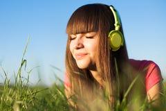 piękny cieszy się hełmofonów muzyki piękny kobiety potomstwa Obraz Stock