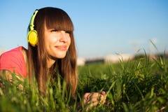 piękny cieszy się hełmofonów muzyki piękny kobiety potomstwa Obrazy Stock