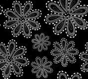 Piękny czarny i biały wektorowy bezszwowy wzór z ornamentacyjnymi obliczającymi kwiatami ilustracja wektor
