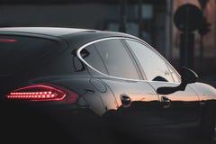 Piękny czarny luksusowy samochód wtykał w ruchu drogowym fotografia royalty free