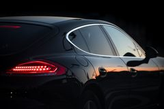 Piękny czarny luksusowy samochód wtykał w ruchu drogowym obrazy royalty free