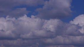 Piękny czasu upływ z bielem i siwieje chmury na niebieskim niebie zbiory