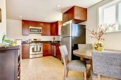 piękny czereśniowy kuchenny stół zdjęcia royalty free