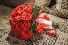 Piękny czerwony ślubny bukiet dla panny młodej Obraz Royalty Free
